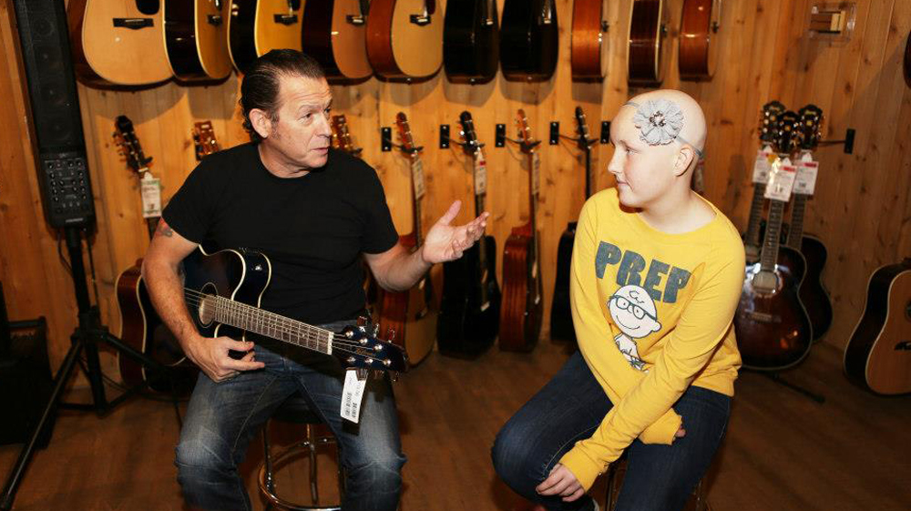Tommy Castro and Byron Cage give an impromptu lesson to Abbey